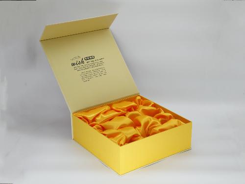 天赐冰糖心,一品苹果红天下;昭通神奇果,今朝有果今昭醉!苹果礼盒定做